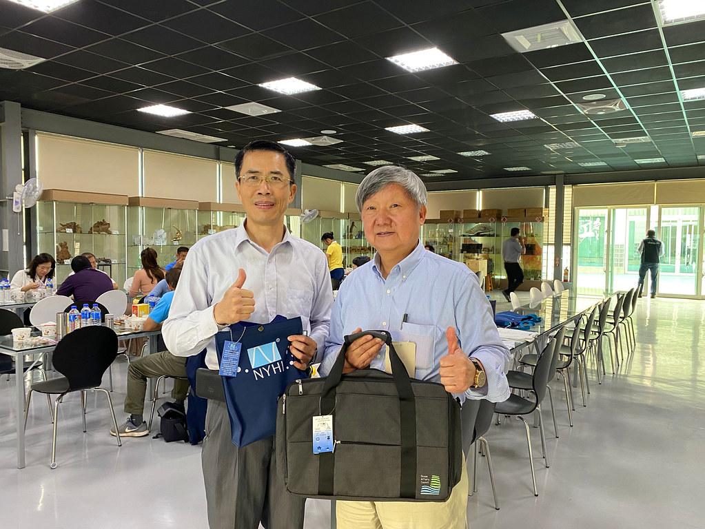 柯漢哲董事長(右)與鹿江國際學校家長會創會長李正昌手拿海廢回收再製品