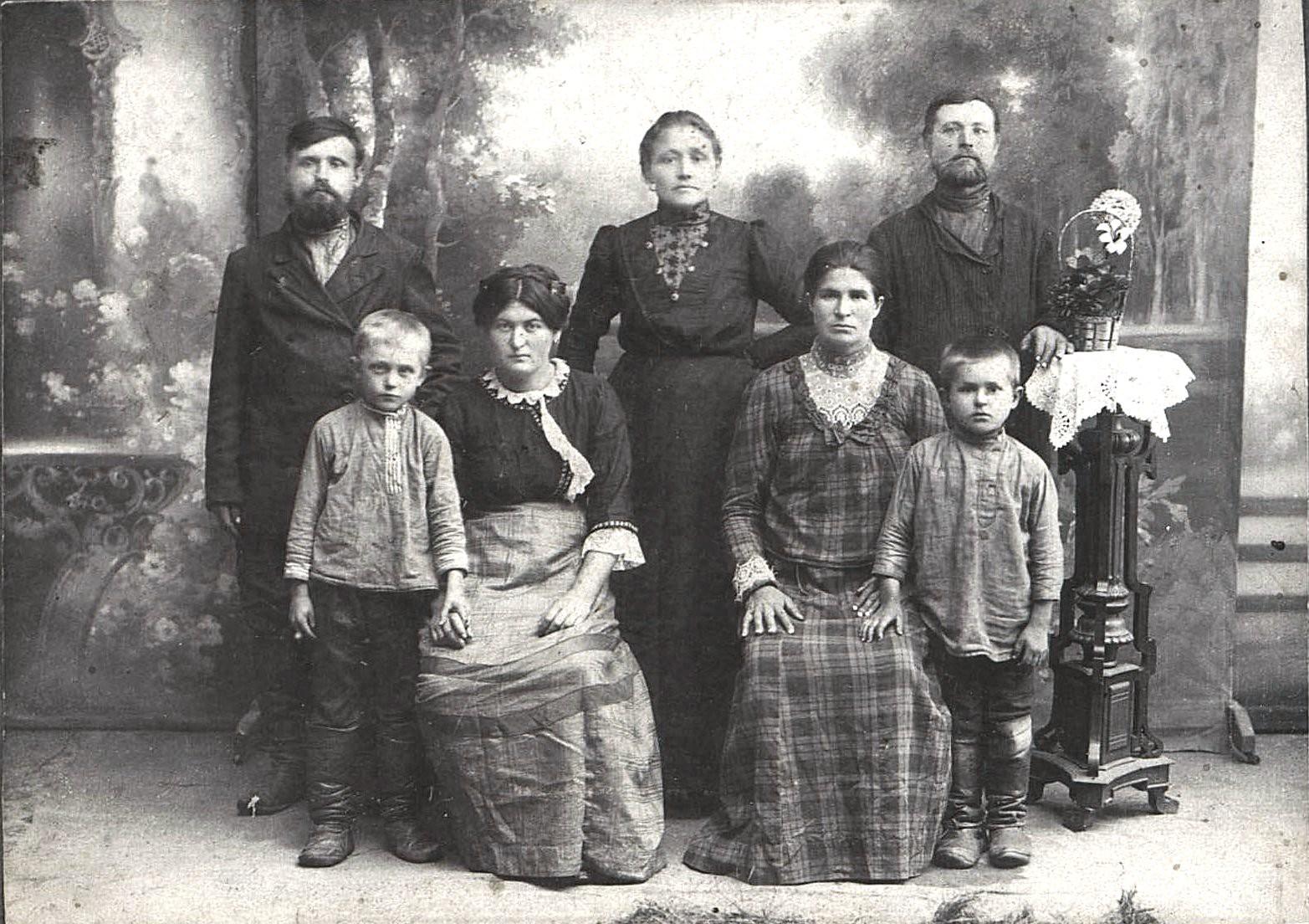 Семья крестьян Белоусовых из села Черемховского. Август 1915