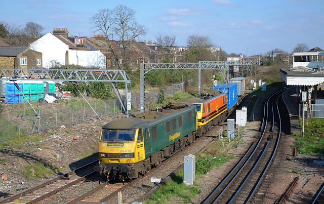 90016 leads 90044 passing Willesden KC working 4M87 Felixstowe- Trafford Pk. Electric traction isn't commonplace on this section but due to engineering working on the slow lines through Queens Park all freight is being diverted this way