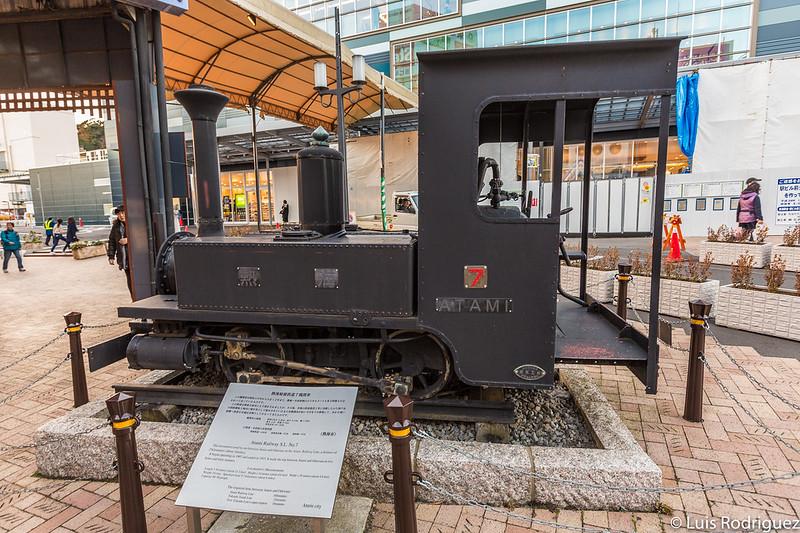 Antigua locomotora de vapor en la plaza de la estación