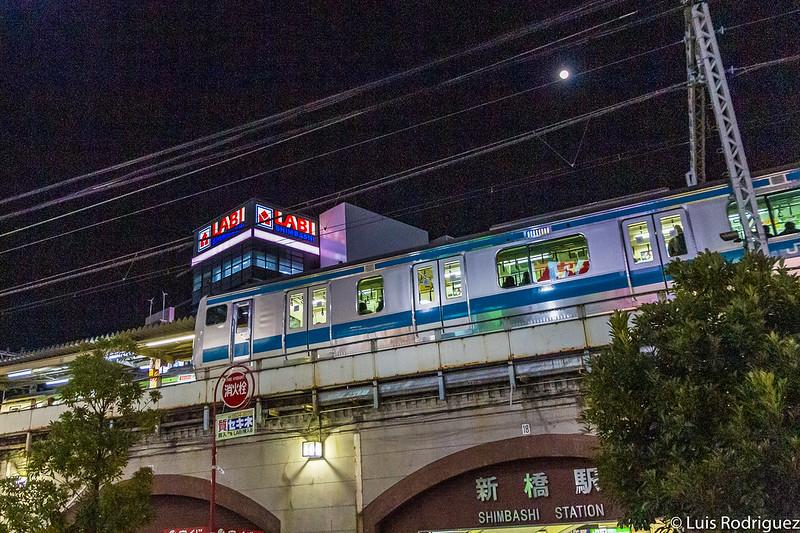 Trenes pasando por la estación de Shinbashi