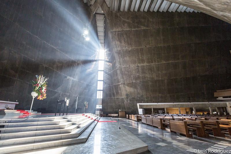 Vidrieras a los lados del altar