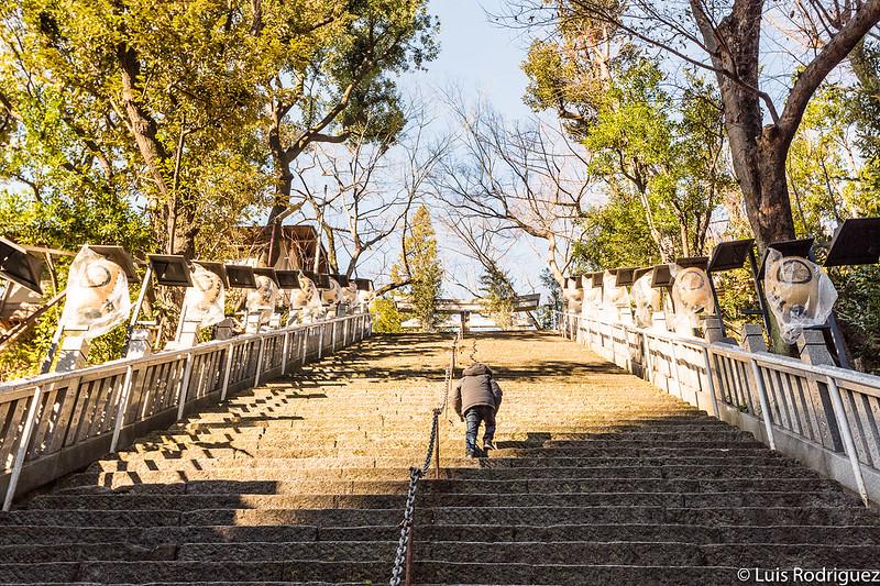 Eric subiendo las empinadas escaleras del santuario