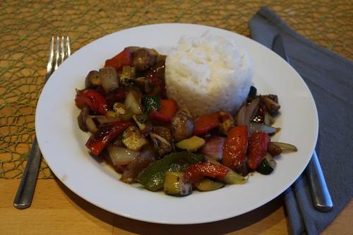 Gemüsepfanne - u.a. mit Zucchini, Paprika, Zwiebeln und Champigons - zu Reis (mein Teller)