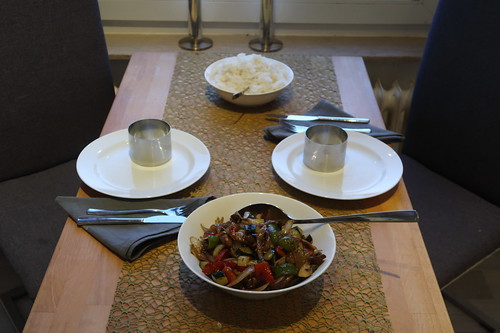 Gemüsepfanne - u.a. mit Zucchini, Paprika, Zwiebeln und Champigons - zu Reis (Tischbild)