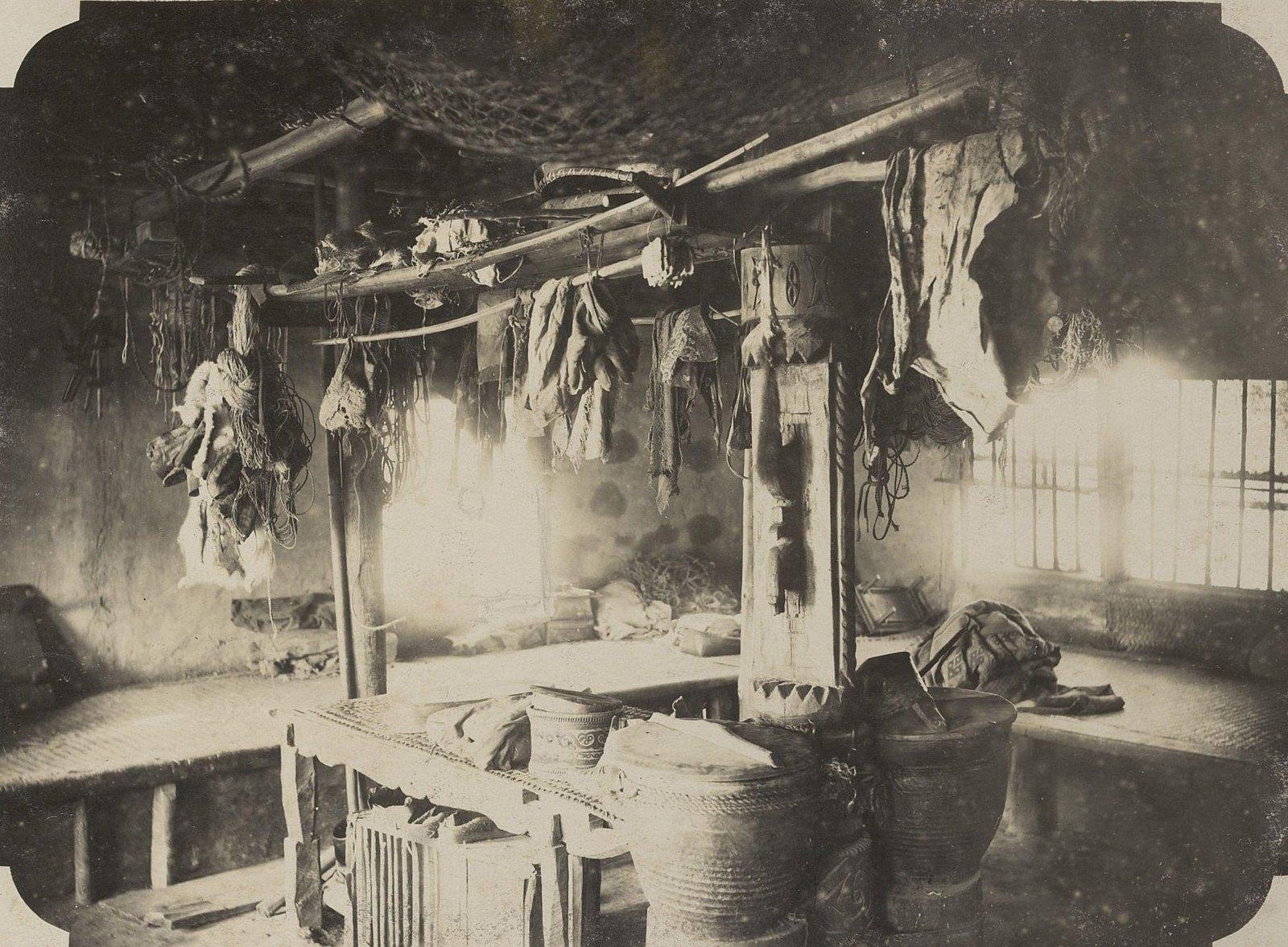 13. Интерьер традиционного жилища одного из дальневосточных народов