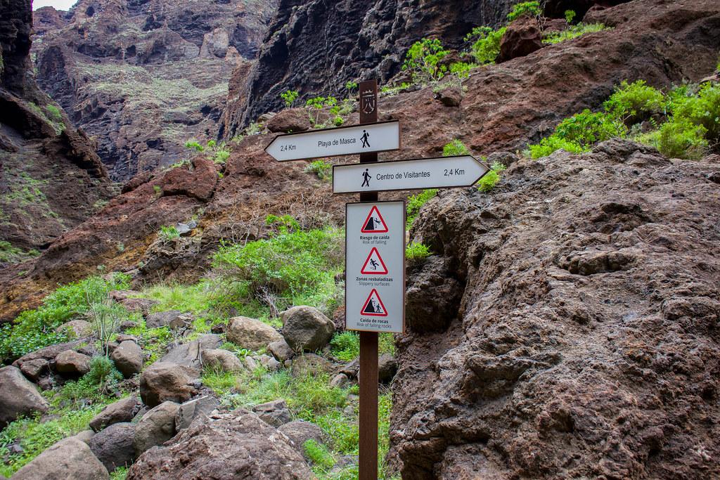 Señales de sendero en el interior del barranco de Masca