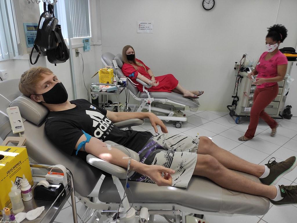 Doando sangue no HEMOSC.