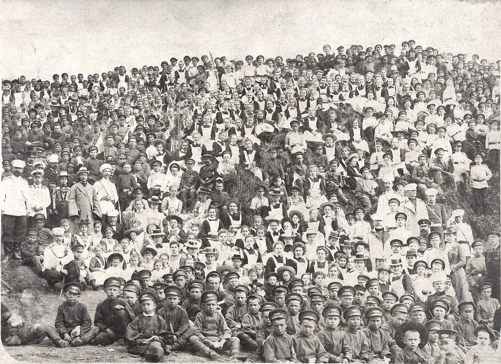 18. Воспитанники хабаровских учебных заведений во время маёвки на левом берегу Амура