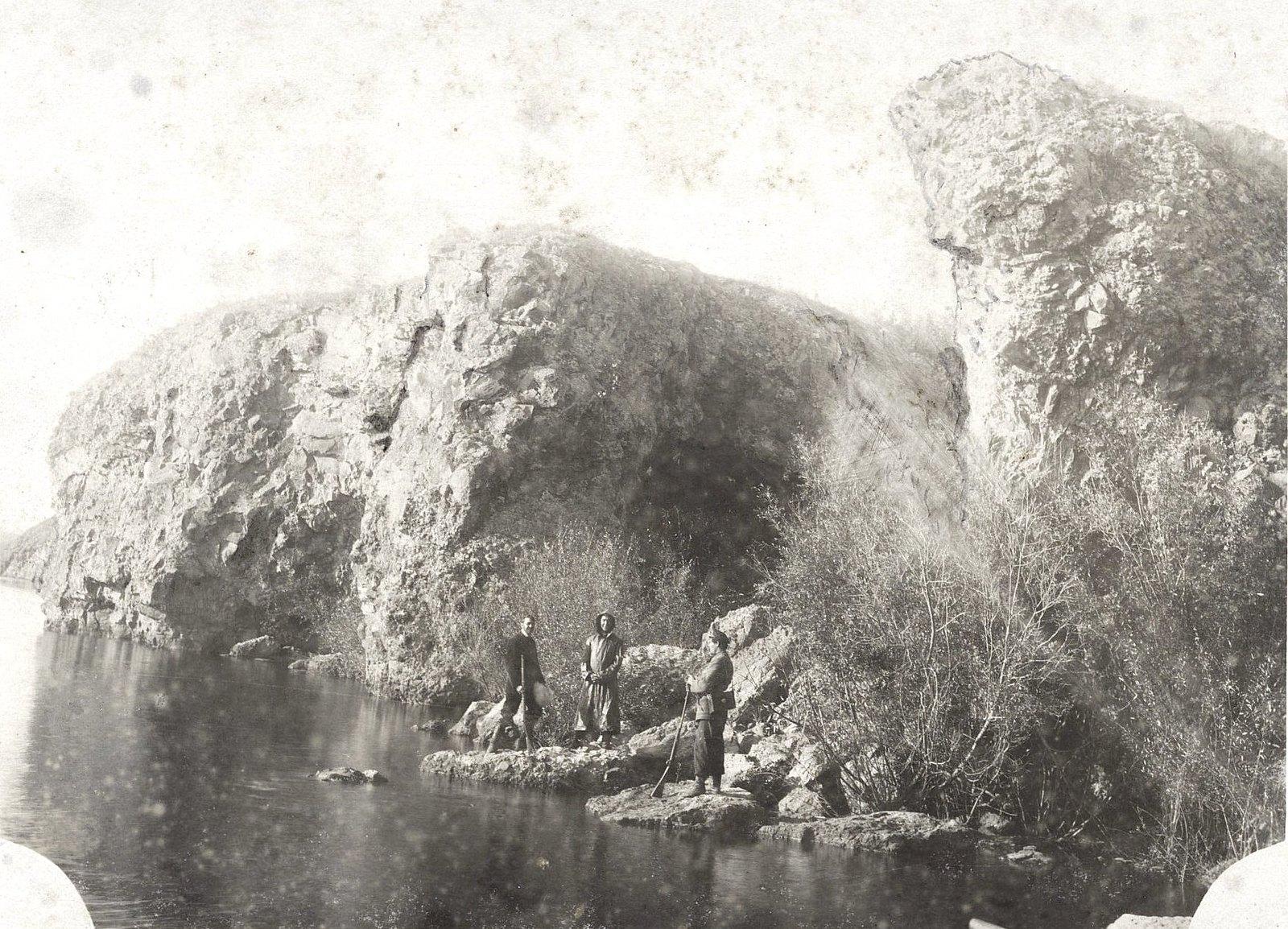 24. Трое неизвестных на скалистом берегу