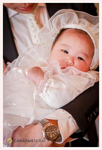 生後100日の赤ちゃん ベビードレス姿
