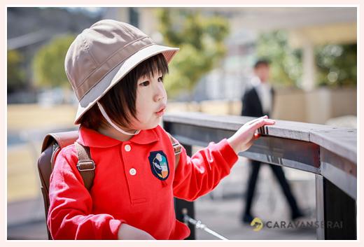 幼稚園入園記念写真 制服着て通園帽子を被って