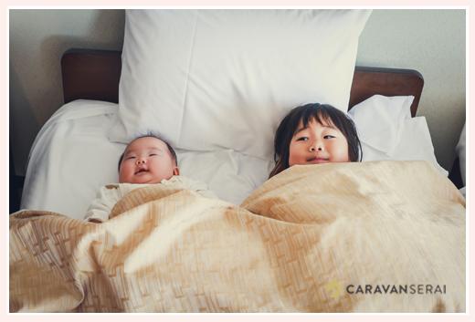 一緒にベッドで寝る姉妹