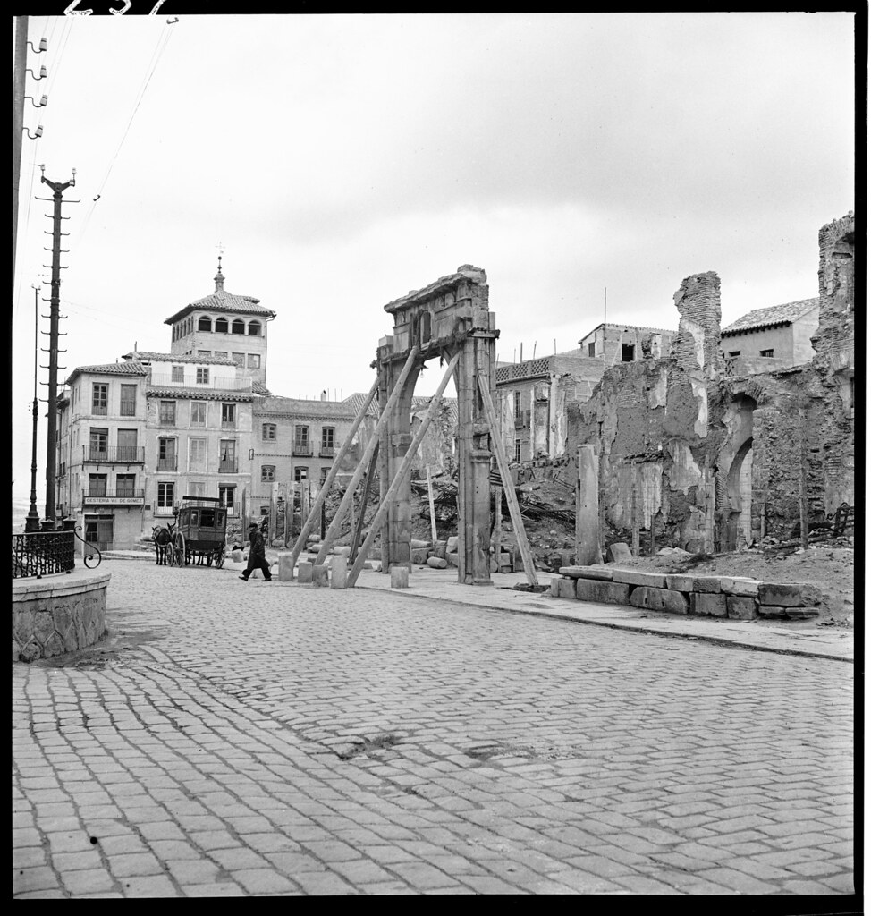 Arco de la Sangre apuntalado en la Plaza de Zocodover de Toledo en 1941. Fotografía de Thérèse Bonney © The Bancroft Library, University of California, Berkeley