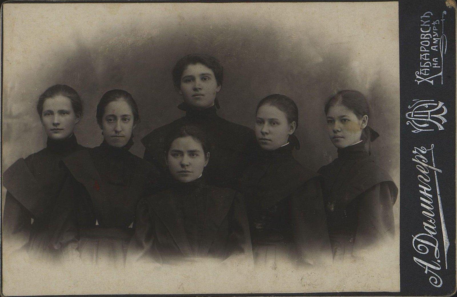 07. Ученицы Хабаровской женской казённой гимназии (интерната), окончившие 7-й класс. 1909