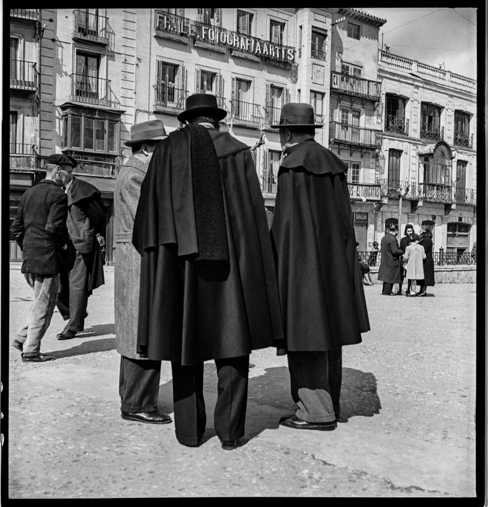 Hombres con capas castellanas en la Plaza de Zocodover de Toledo en 1941. Fotografía de Thérèse Bonney © The Bancroft Library, University of California, Berkeley