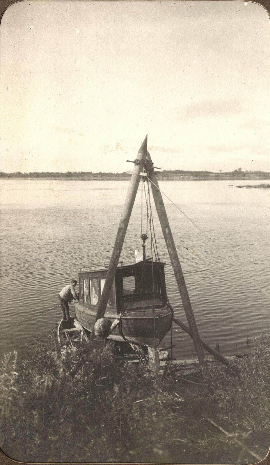 Ремонт катера «Мана» на берегу реки Зеи.