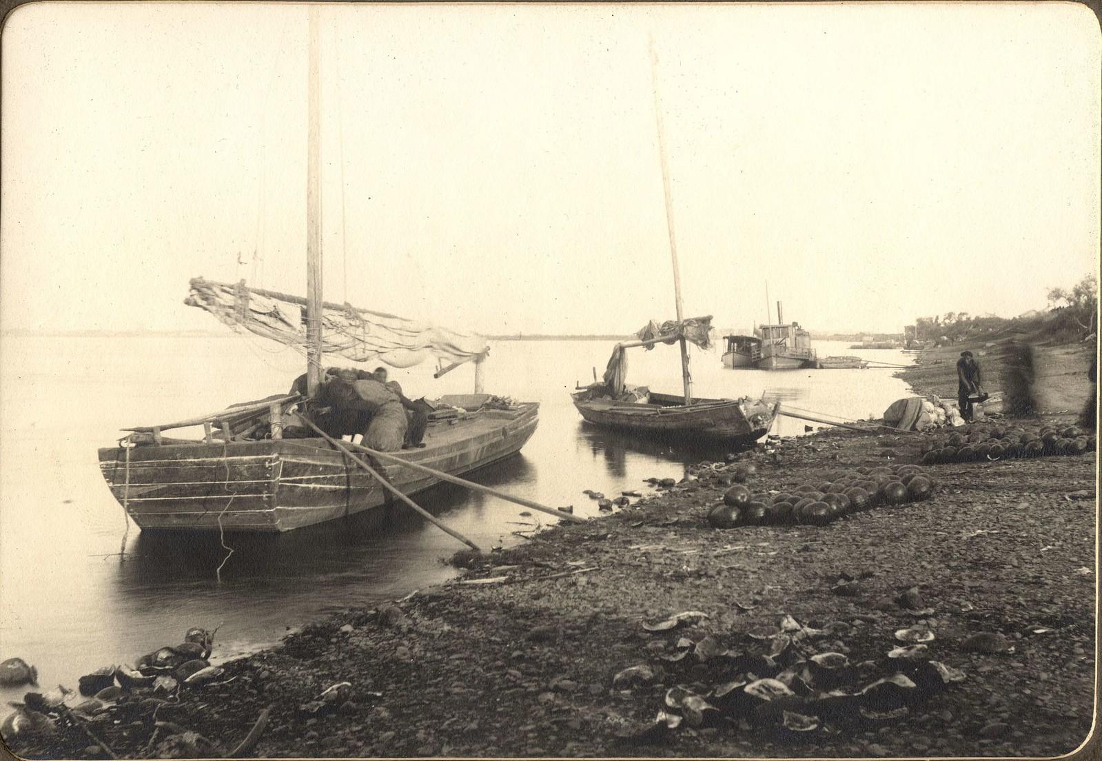 Китайские джонки у берега близ города Сахалян напротив Благовещенска