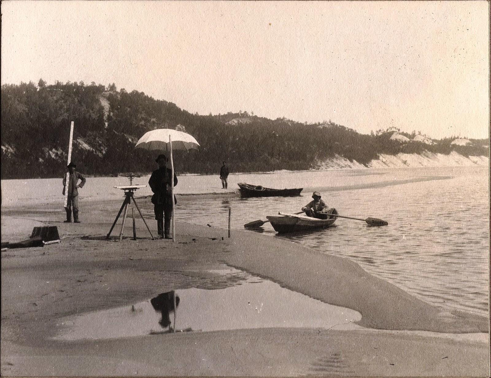 Изыскательская группа с приборами на правом берегу реки Зеи.