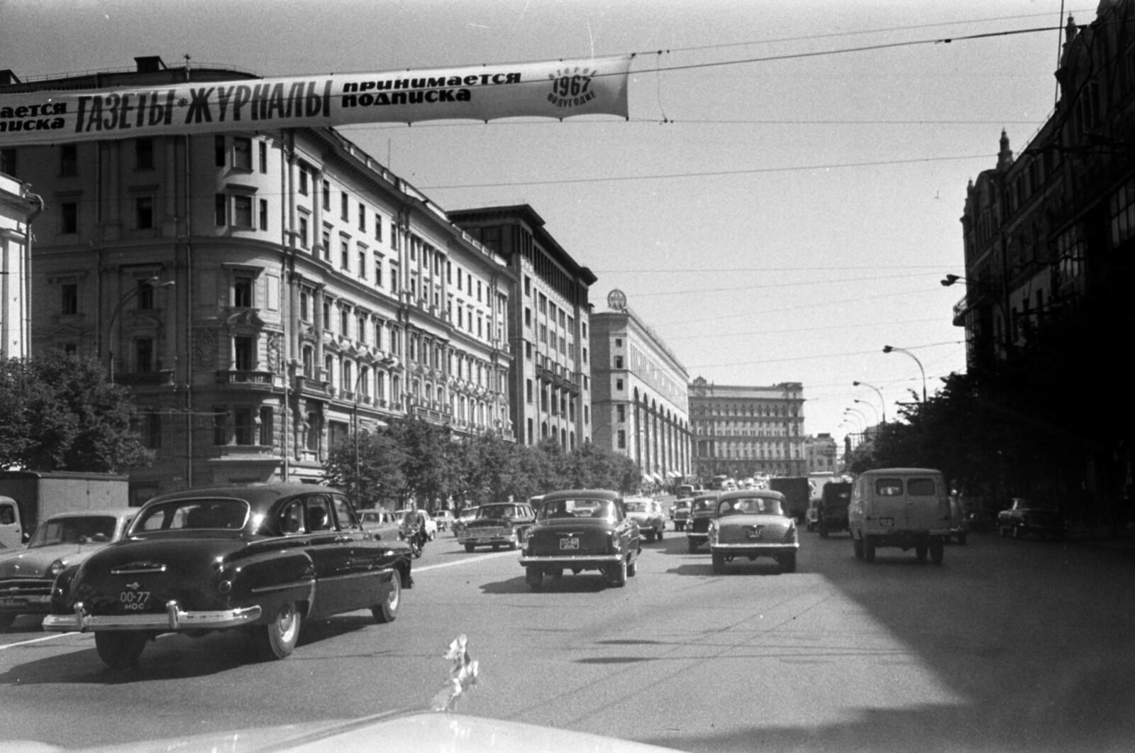 13. Проспект Маркса, выходящий на площадь Дзержинского, слева начало Неглинки