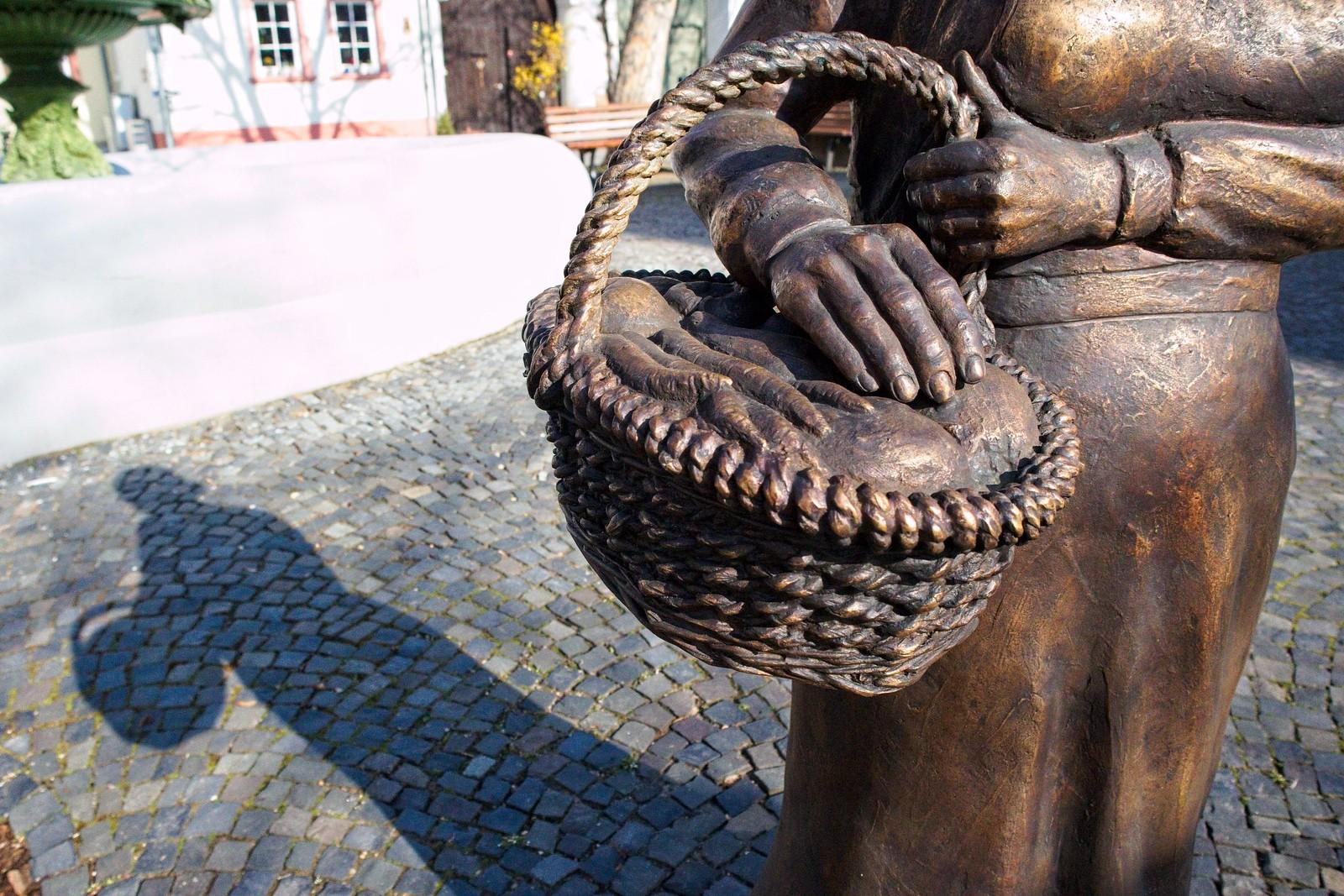 Gemüsekorb - Schweigsame Marktfrau auf dem Marktplatz von Schwabenheim an der Selz (Canon EOS M50, EF-M 15-45mm f/3.5-6.3 IS STM, 15 mm, Manuell, 1/4000 sek @ f/6,3, ISO 2500, EV -0,67)