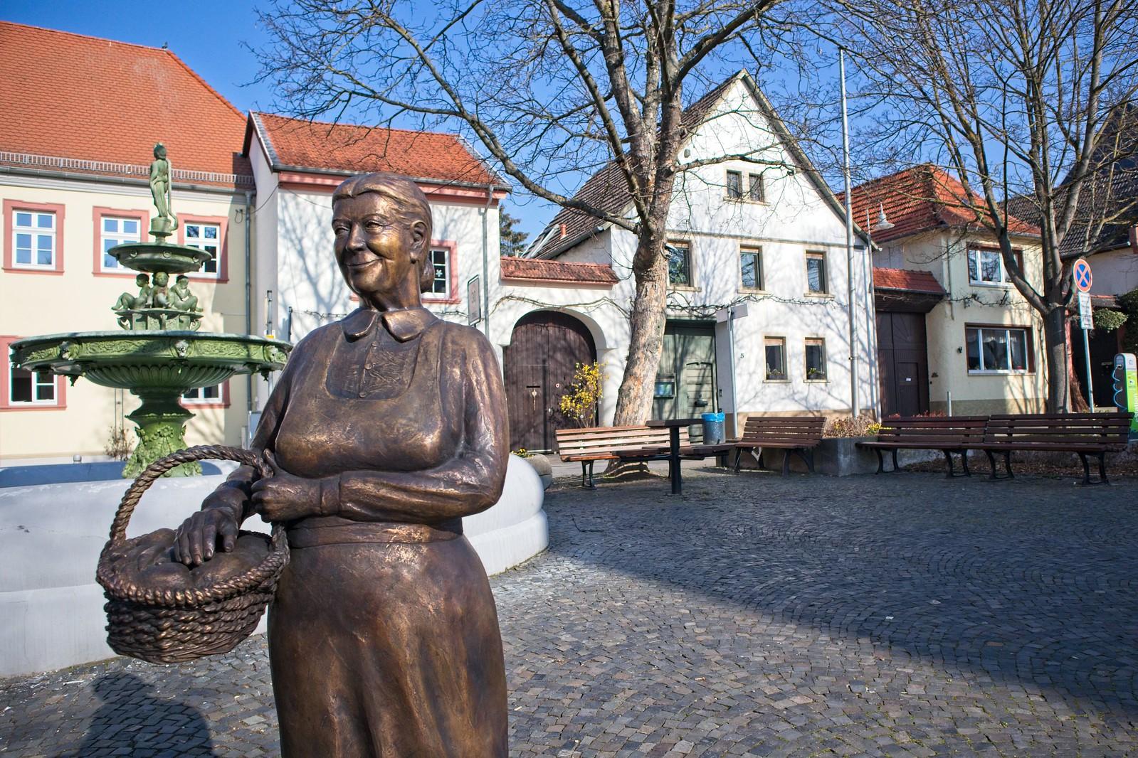 Schweigsame Marktfrau auf dem Marktplatz von Schwabenheim an der Selz (Canon EOS M50, EF-M 15-45mm f/3.5-6.3 IS STM, 15 mm, Manuell, 1/2500 sek @ f/4, ISO 200, EV 0)