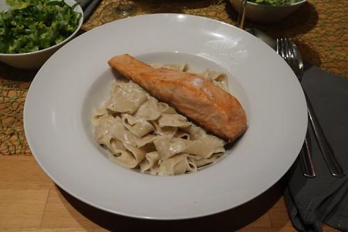 Auf der Haut gebratener Lachs zu Bandnudeln mit Gorgonzolasoße und Romana-Salat (mein Teller)