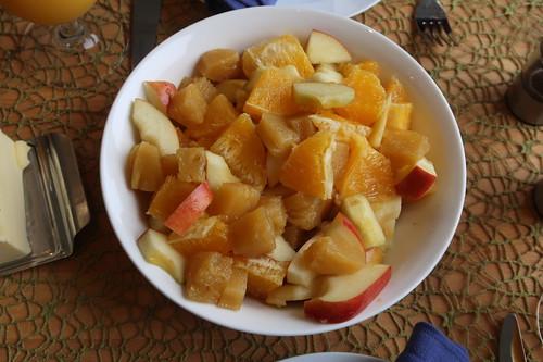 Obstsalat aus Apfel, Orange und Ananas aus dem Glas