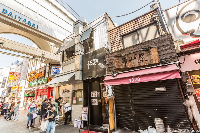 Puesto callejero de Satou (con la fachada negra)