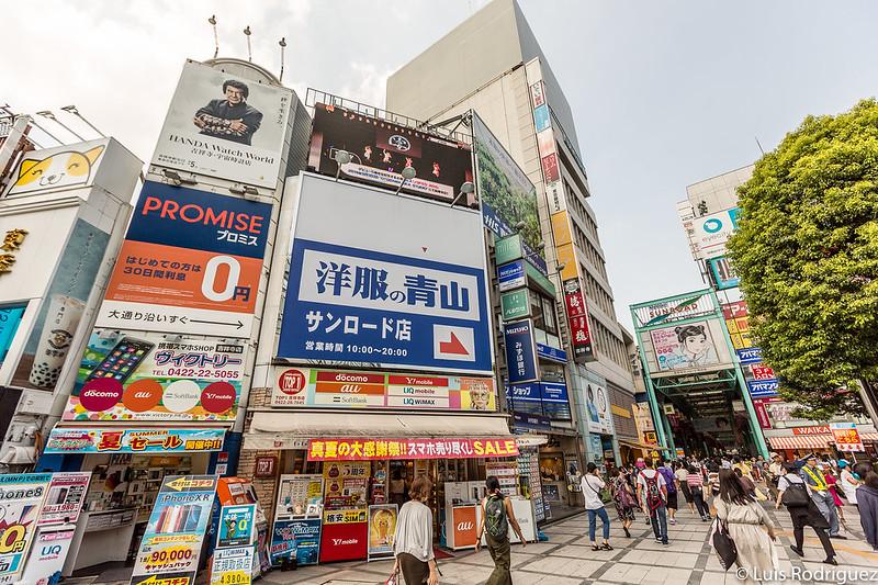 Entrada a la calle comercial Sunroad, a la derecha