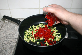 09 - Put bell pepper in pan / Paprika in Pfanne geben