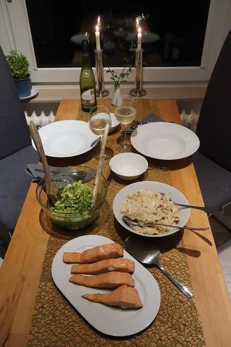 Auf der Haut gebratener Lachs zu Bandnudeln mit Gorgonzolasoße und Romana-Salat (Tischbild)