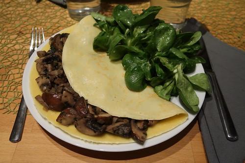 Pfannkuchen mit Champignonfüllung und Feldsalat (mein Teller)