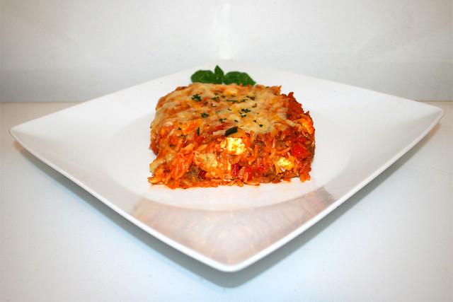 44 - Gratinated orzo with ground meat, zucchini, bell pepper & feta - Side view/ Überbackene Orzo mit Hackfleisch Zucchini, Paprika & Feta - Seitenansicht