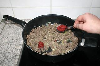 18 - Add tomato puree / Tomatenmark hinzufügen