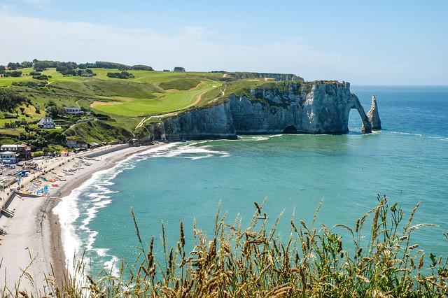 La plage d'Étretat bordée au sud par la falaise d'Aval, Normandie, France