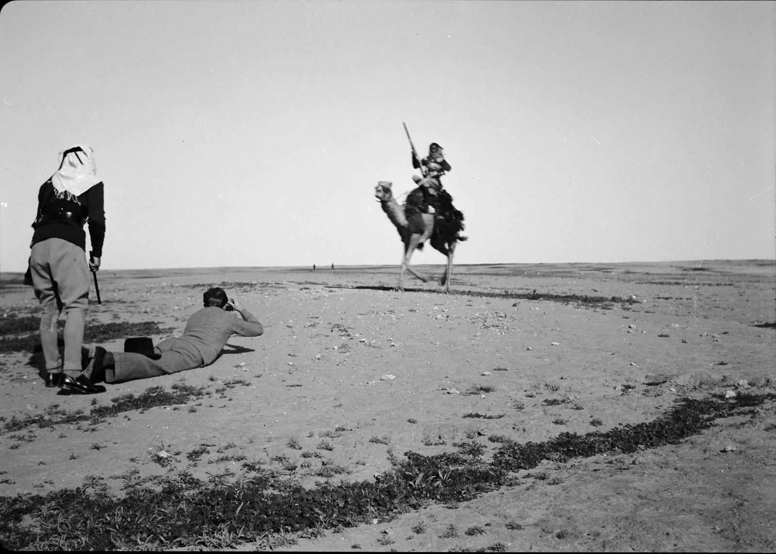 19. Фотограф делает снимок всадника на верблюде