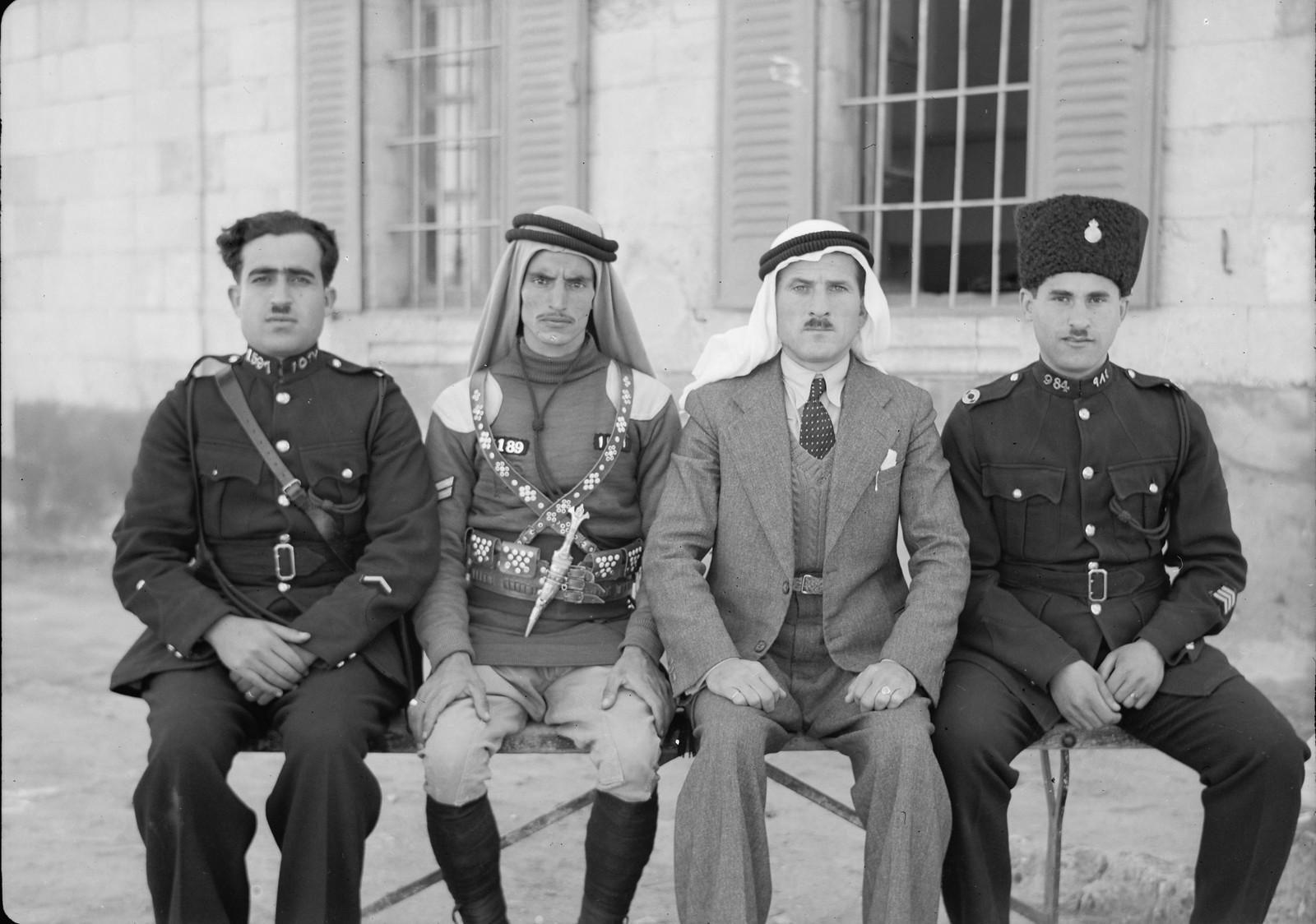 02. Небольшая группа полицейских и офицеров Беэр-Шевы