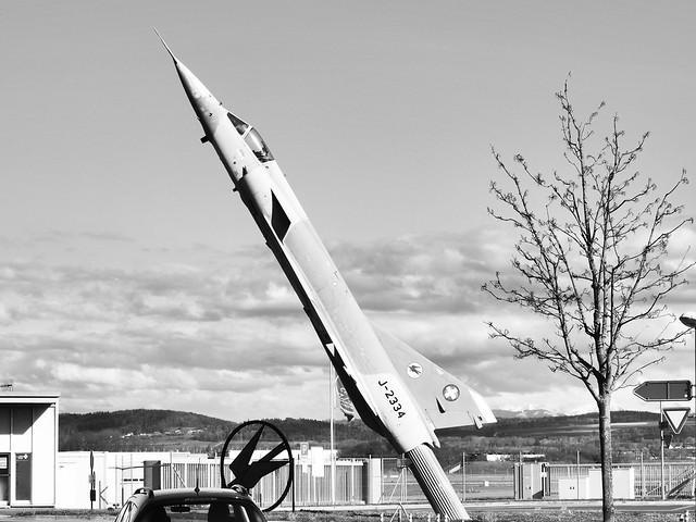 Steil ragt die Mirage IIIS J-2334 beim Haupteingang des Flugplatzes Payerne in die Luft. Die Maschine führte den Erstflug am 26. Mai 1967 in Emmen durch.