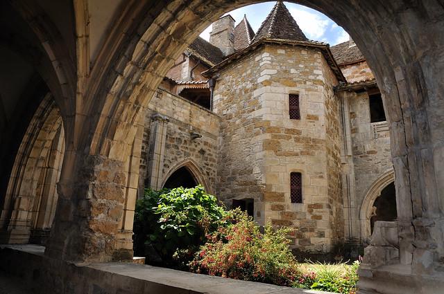 Carennac cloister, from the romanesque part  -  Cloître de Carennac, depuis la partie romane