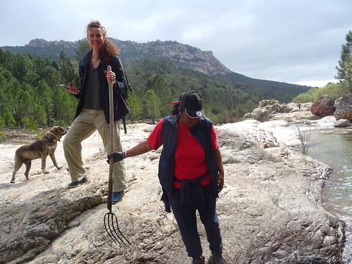 Bénévoles essayant de traverser le Cavu au retour