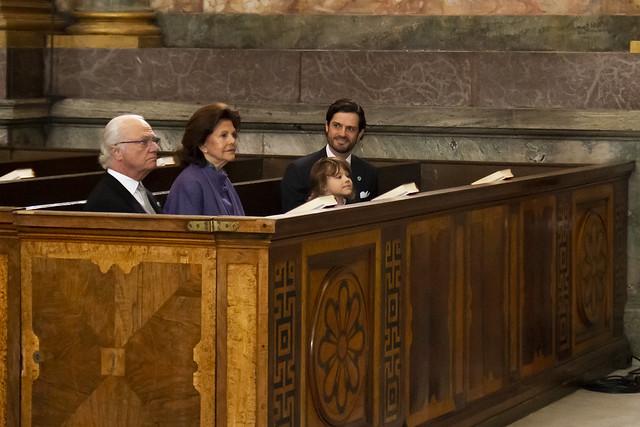 Koning Carl Gustav en Koningin Silvia van Zweden, en Prins Carl Philip van Zweden met Prins Alexander aanwezig bij dankdienst t.g.v. de geboorte van Prins Julian (2021)