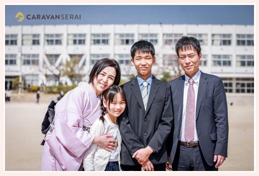 小学校卒業式の日に 家族そろっての記念写真 小学校の校庭にて