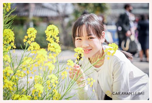 菜の花と女の子