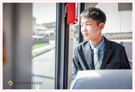 バスの窓から外を眺める男の子 スーツ姿 小学校卒業記念