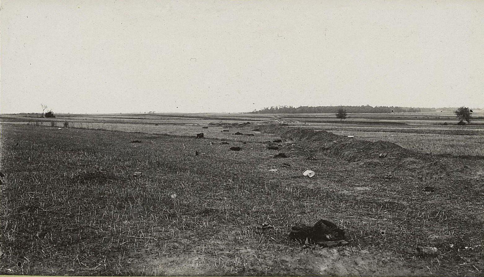 15. Австро-германские окопы, взятые между с. Высоке и Тарнавкой. Пехотный окоп после боя