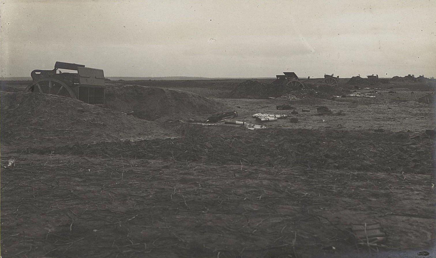 16. Австро-германские окопы, взятые между с. Высоке и Тарнавкой. Артиллерийский окоп с оставленными зарядными ящиками