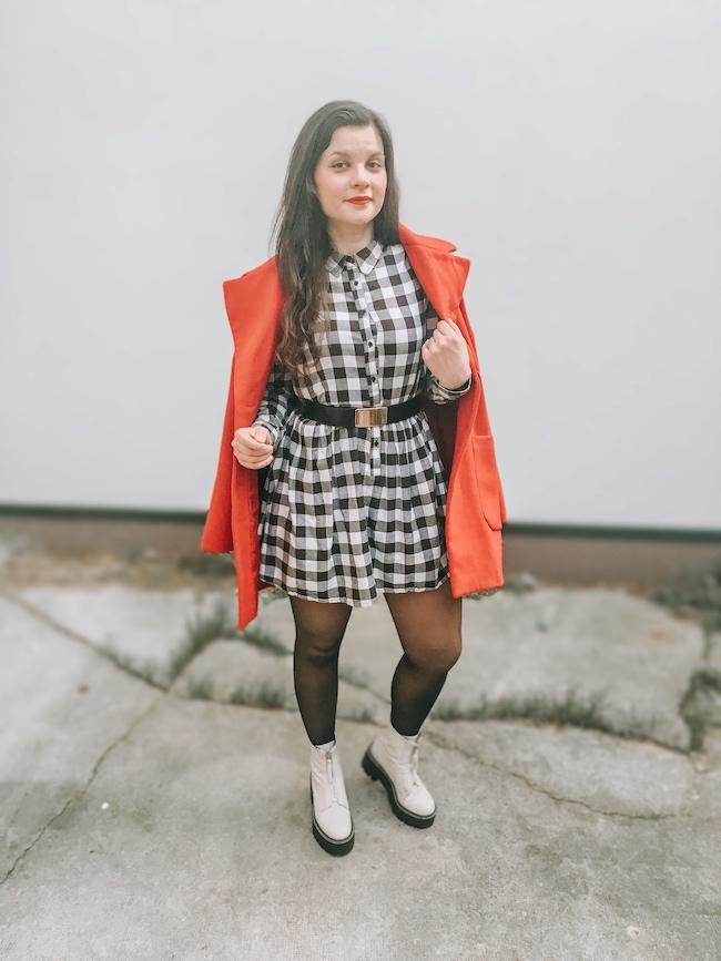Robe vichy, ceinture Dior et bottines blanches à plateformes