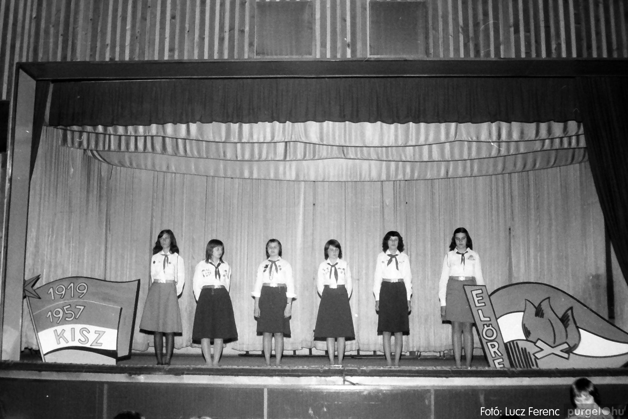 077. 1977. Iskolások fellépése a kultúrházban 030. - Fotó: Lucz Ferenc.jpg