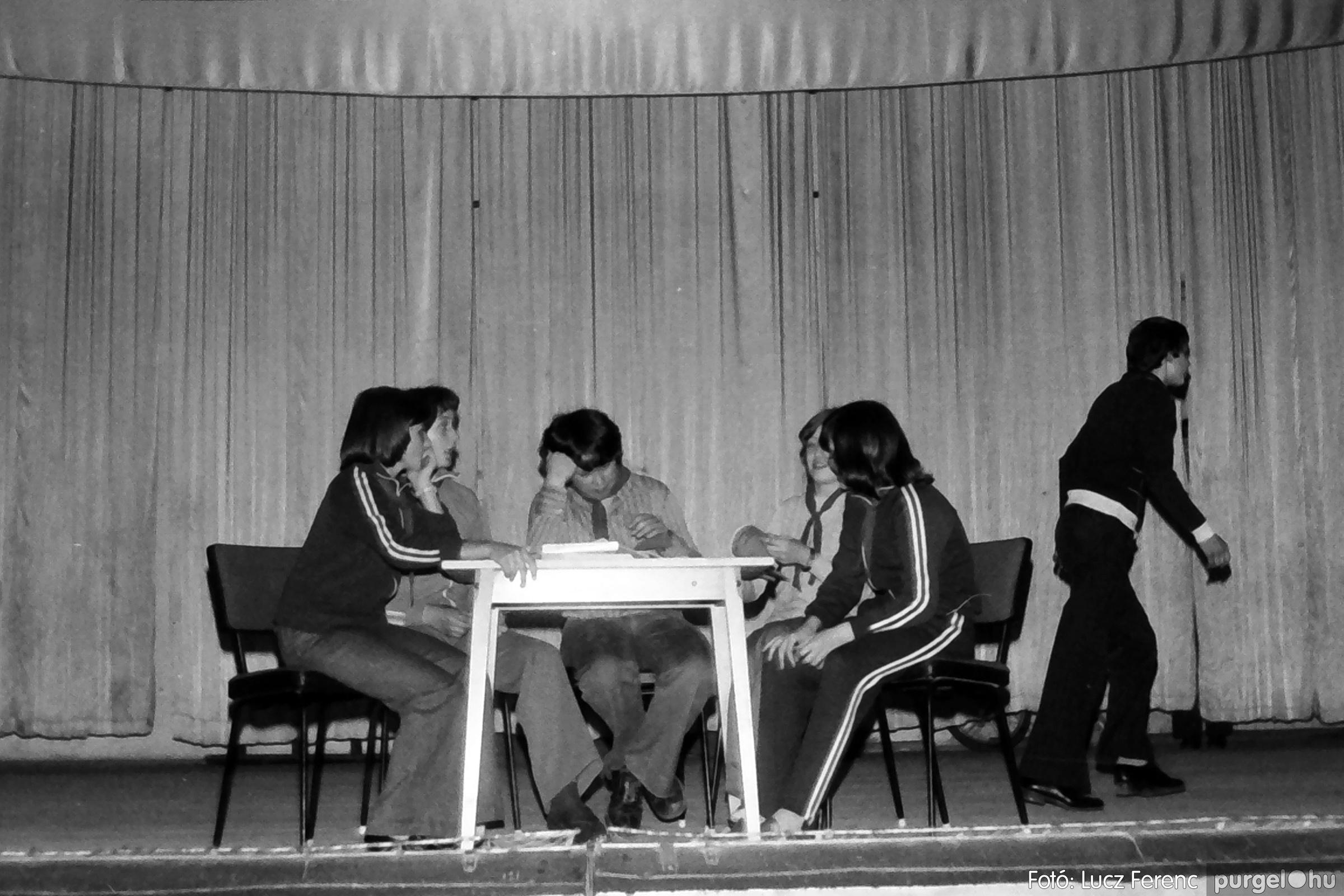 077. 1977. Iskolások fellépése a kultúrházban 029. - Fotó: Lucz Ferenc.jpg
